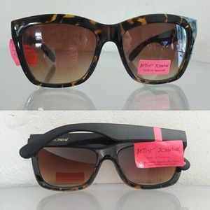 NWT BETSEY JOHNSON SUNGLASSES SUNNIES
